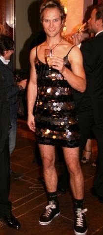 HVA? Kim Kolstad ble kveldens blikkfang. Legg merke til skoene. (Foto: Tore Waskaas)
