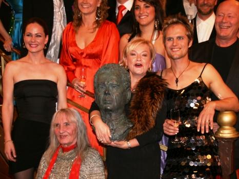 GOD STEMNING: Anette Hoff omringet av «Cæsar»-kollegene Elin Sogn, Sossen Krogh, Natalie Tonga, Kim Kolstad og Nils Ole Oftebro. (Foto: Tore Waskaas)