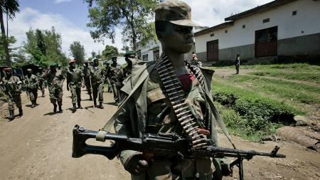 En opprørssoldat patuljerer byen Rutshuru, om lag 80 km nord for Goma lørdag.  (Foto: Jerome Delay/AP)