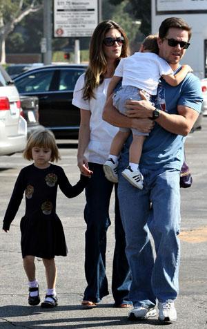 FAMILIEFAR: Mark Wahlberg og kjæresten Rhea Durham er nå en familie på fem. Her med to av barna.
