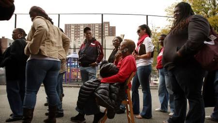 STORT OPPMØTE HARLEM: Lange køer i den historisk viktige afroamerikansk   bydelen i New York. (Foto: SPENCER PLATT/AFP)