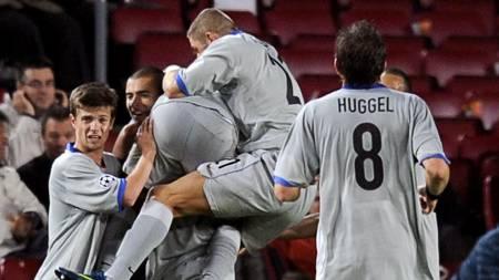 Basel's players celebrate after scoring against Barcelona during  (Foto: LLUIS GENE/AFP)