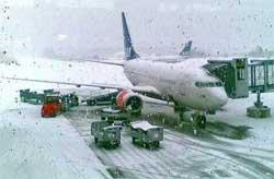 Snøværet på Gardermoen skapte store forsinkelser i flytrafikken. (Foto: Anja Tho Gunnersen / TV 2)