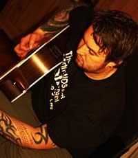 GITARMANN: Marcus tok opp gitarspillingen etter WoW.  (Foto: Camilla F. Gjendem )