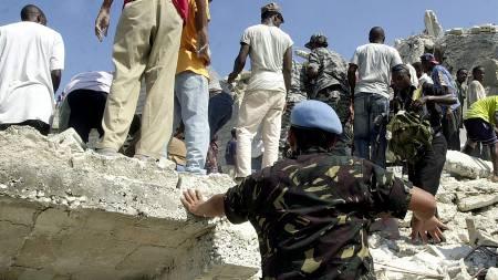 Rundt 200 mennesker skal ha oppholdt seg i skolebygningen da den kollapset.  (Foto: THONY BELIZAIRE/AFP)