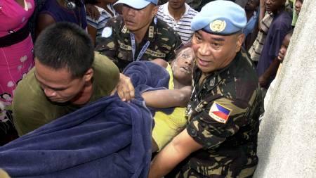 Fredsbevarende styrker fra FN hjelper til i redningsarbeidet.  (Foto: SCANPIX/AFP)