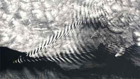 Fjellbølge fotografert av Terra-satellitten. (Foto: NASA)