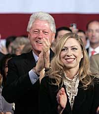 PÅ BURSDAGSFEST: Chelsea, her med pappa Bill Clinton.