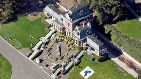 POPKONGENS SISTE HVILESTED? I 1988 kjøpte Michael Jackson den storslåtte boligen Neverland for 14,6 millioner dollar. Han har senere solgt Neverland, men eier forsatt formelt en liten del av ranchen. Nå kan han bli stedt til hvile på sitt Neverland. (Foto: EPA)