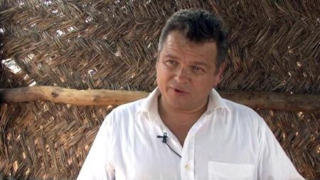 Investor og gründer i Biofuel, Steinar Kolnes, lover at ingen   skal lide økonomisk etter at de har fjernet nøttetrær i landsbyen Alipe   i nordre Ghana. (Foto: Kåre Breivik / TV 2)