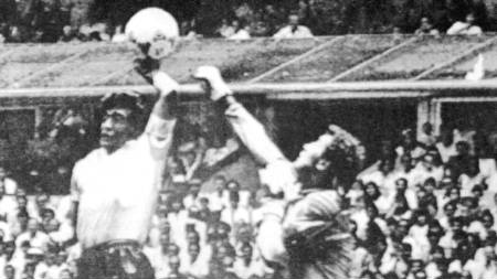 BERØMT: Verdensmesterskapet i fotball 1986. England mot Argentina. Diego Maradona scorer med «Guds hånd».  (Foto: Reuters/Scanpix)