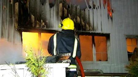 Mange brannmenn jobbet i morgentimene med å slukke brannen på pleiehjemmet. (Foto: Svein Flagestad/TV 2)