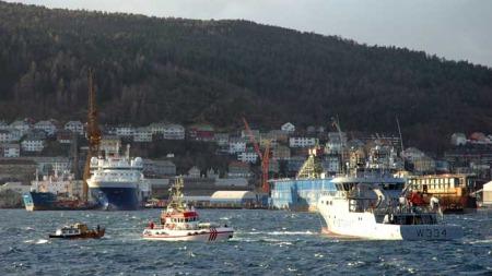 Redningsskøyten fikk kastet en trosse til den ene av båtene i den grove sjøen. (Foto: Ronald Toppe / TV 2)