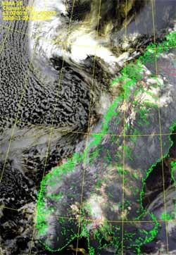 Det polare lavtrykket lå utenfor Lofoten natt til torsdag. Stripene   i skydekket vest for det er tegn på at det blåser kraftig. (Foto: NOAA)