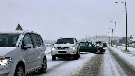 Flere biler har store problemer med føret påØstlandet (Foto: Scanpix)