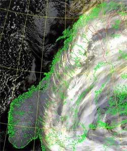 Slik så det ut i natt. Skyfritt i det meste av Norge, og et kraftig uvær øst for oss.  (Foto: NOAA)