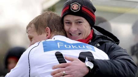 Hjertelig møte mellom Steffen Iversen   og Ole Gunnar Solskjær under treningskampen mellom reservelaget til Manchester   United og Rosenborg (Foto: Allen, Steve/SCANPIX)