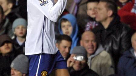 GESTIKULERER: Cristiano Ronaldo bruker fingerspråk for å fortelle Aston Villa-fansen sin mening.  (Foto: IAN KINGTON/AFP)
