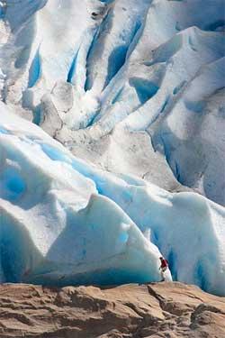 Har man reist rundt halve jorden for å se Briksdalsbreen på nært hold bryr man seg kanskje ikke om at det kan rase ned is når som helst. (Foto: Wikimedia)