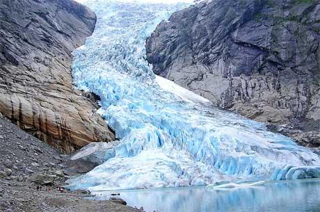Briksdalsbreen i 2006. Isen rekker ikke lenger ned til vannet. (Foto: Wikimedia)
