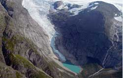 Briksdalsbreen sist sommer. Isen når ikke lenger ned til vannet. (Foto: NVE)