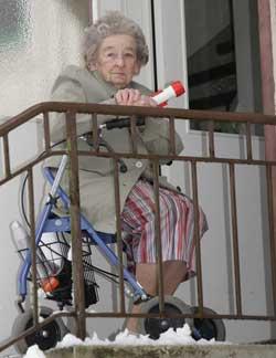 91 år gamle Getrud Johansson fra Strömslund utenfor Eksjö i Sverige venter på hjelp fra E-verket for å få strømmen tilbake.  (Foto: Mikael Fritzon / SCANPIX)