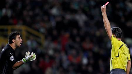 HÆ? Rui Patricio regerte med vantro da dommer Matteo Trefolini dro frem det røde kortet.  (Foto: NACHO DOCE/REUTERS)