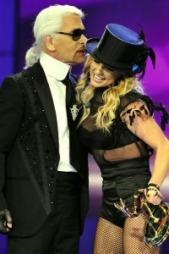 PRIS. Britney fikk pris av Karl Lagerfeld i går.