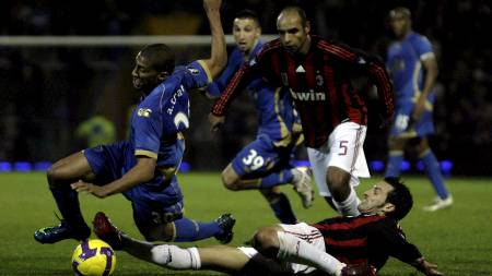 Portsmouth's Armand Traore (L) is tackled by AC Milan's Gianluca Zambrotta (R  (Foto: JONATHAN BRADY/EPA)