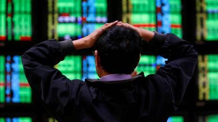 Finanskrisen er ikke over. Det sørger for lavt forbruk og stappfulle oljelagre. (Foto: NICKY LOH/REUTERS / SCANPIX)