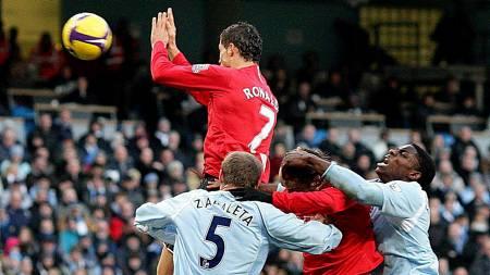 HANDSET: - Han ville beskytte ansiktet sitt, sier Ferguson om Ronaldos oppsiktsvekkende hands.  (Foto: Martin Rickett/AP)