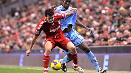 West Ham's Carlton Cole (R) in action Liverpool's  Alvaro Arbeloa  (Foto: NICK WILKINSON/EPA)