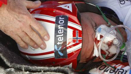 Aksel Lund Svindal of Norway lies bloodied on a stretcher after crashing during a training run for the men's World Cup downhill in Beaver Creek,  (Foto: RICK WILKING/SCANPIX)