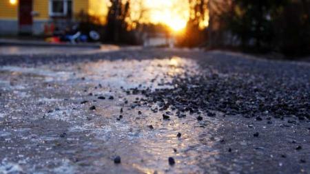 SPEILGLATT: Det var dette synet som møtte morgensjåførene mandag.  (Foto: SCANPIX)