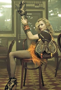 REKLAME: Slik fremstår Madonna på et av de seks bildene i den nye reklamekampanjen.