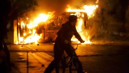 En bil står i brann utenfor den tekniske høyskolen   i Aten. (Foto: EPA/SCANPIX/)