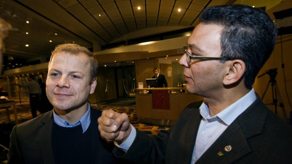 Akhtar Chaudhry knytter neven til ære for fotografen før nominasjonsmøtet  i Oslo SV i kveld. (Foto: Poppe, Cornelius/SCANPIX)