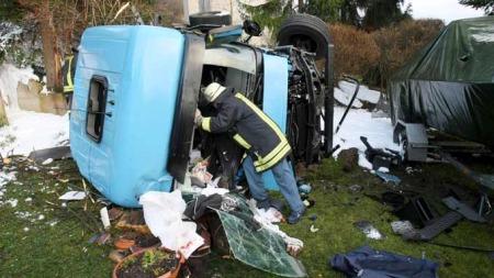 Lastebil styrtet utfor bru i Tyskland Autobahn