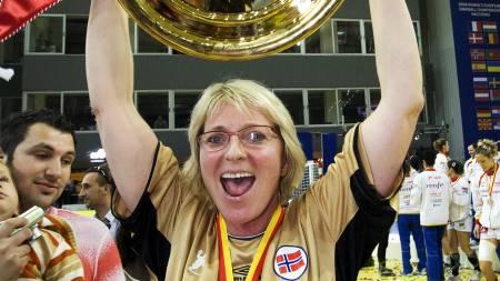 Marit Breivik jubler etter å ha vunnet finalen  i håndball-EM mellom Norge og Spania  i Skopje søndag. Norge var overlegen i 2. omgang og knuste Spania 34-21.  (Foto: Kallestad, Gorm/SCANPIX)