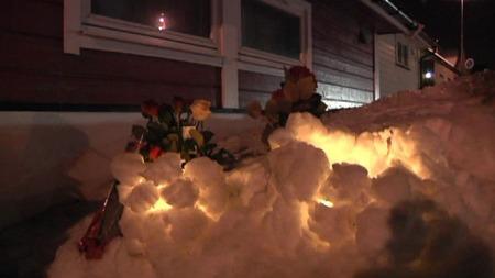 Det var i går satt ned lys og blomster utenfor drapsofferets bolig. (Foto: TV 2)