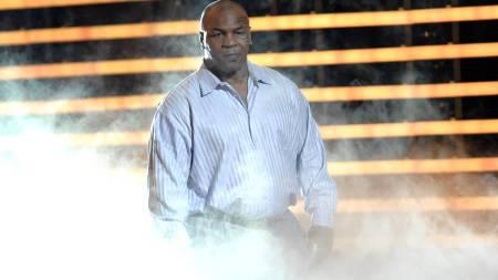 TILBAKE PÅ SCENEN: Mike Tyson viste frem pondusen i California.  (Foto: Chris Pizzello/AP)