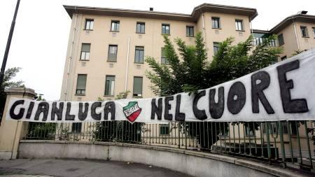 STØTTE FRA FANSEN: Fansen hang opp banner utenfor sykehuset hvor Pessotto var innlagt.  (Foto: PACO SERINELLI/AFP)