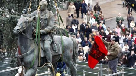 Arbeidere løsner den siste Franco-statuen fra sin sokkel i Santander i Spania. En enslig Franco-tilhenger demonstrerer.  (Foto: Esteban Cobo/EPA)
