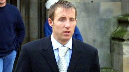 eeds United soccer player Lee Bowyer arrives at Hull Crown Court 16 October 2001 for his retrial.  (Foto: MARTYN HARRISON/EPA)