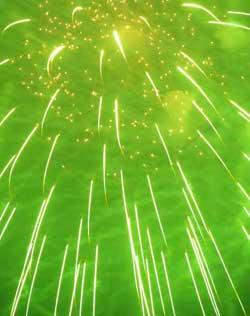 Grønnfargen er brennende bariumklorid. (Foto: Creative Commons)
