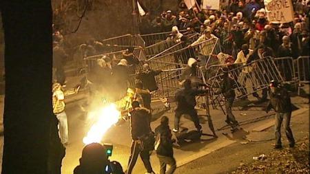 Ampre demonstranter brøt igjennom sperringene utenfor den israelske ambassaden i Oslo mandag kveld. (Foto: TV 2 Nyhetene)