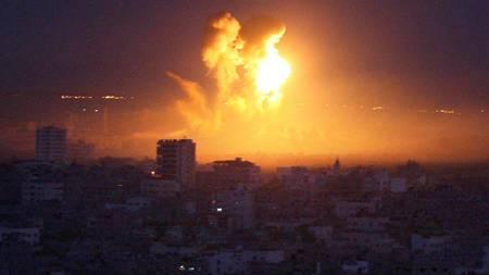 Ild og røyk stiger i horisonten etter et israelsk angrep mot Gaza lørdag.  (Foto: MAHMUD HAMS/AFP)