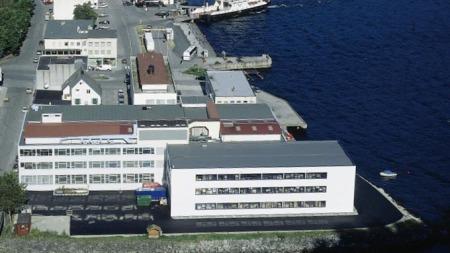 Ekornes' fabrikk på Stranda hvor såkalte fastrygg-sofaer   produseres. Bygningen har vært i bruk av Ekornes siden 70-tallet. (Foto:   Ekornes)