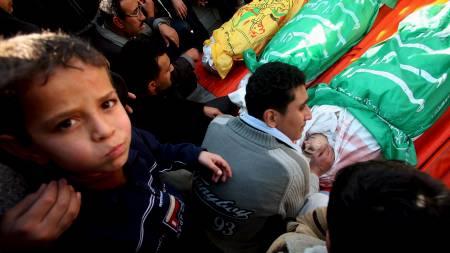 MISTET SINE KJÆRE. Så langt har 900 personer fra Gaza blitt drept, ifølge palestinske leger. Israel rapporterer at 13 israelere har mistet livet i angrepene. (Foto: EPA/SCANPIX)