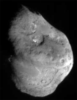 Kometen Temple 1 fotografert av Deep Impact, før den kolliderte med ballen av stein, støv, is og frosne gasser. Temple 1 er 6 km i diameter. (Foto: Wikimedia Commons)